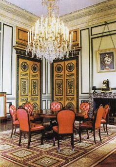 ancienne salle darmes elle fut transforme en salle manger par le premier consul en 1801 cette salle est de style louis xvi
